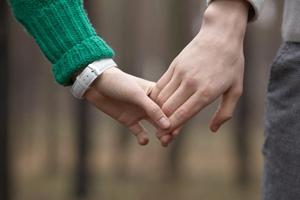 熟女と手をつなぐ